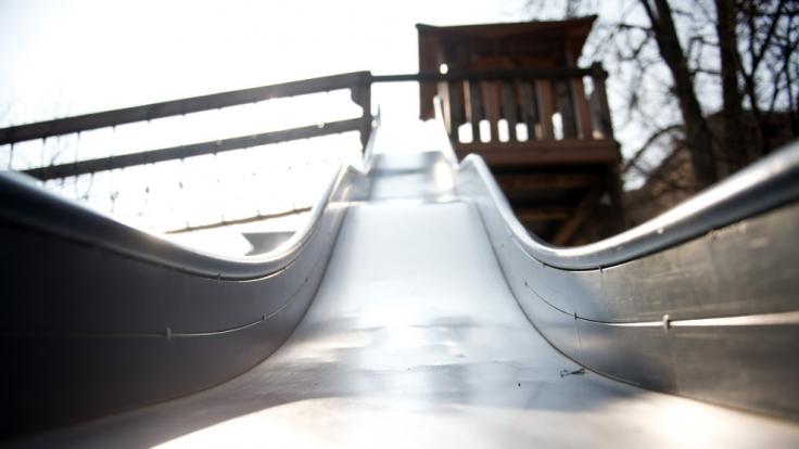 Auf einer Spielplatzrutsche soll eine 40-Jährigen einen Jungen (15) verführt haben (Symbolbild). (Foto)