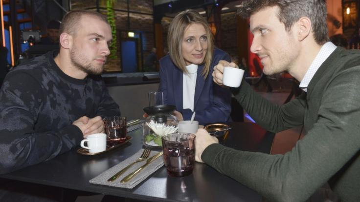 Chris (Eric Stehfest, l.) und Felix (Thaddäus Meilinger) sind überrascht, dass Rosa (Joana Schümer) ihre Geschäfte neu regeln möchte.