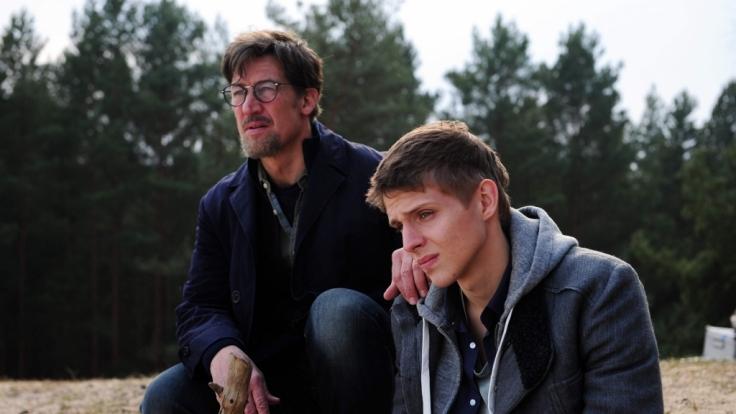 Claus und sein Sohn Sebastian besuchen den Ort, an dem die Leiche des damals zwölfjährigen Hannes gefunden wurde. (Foto)