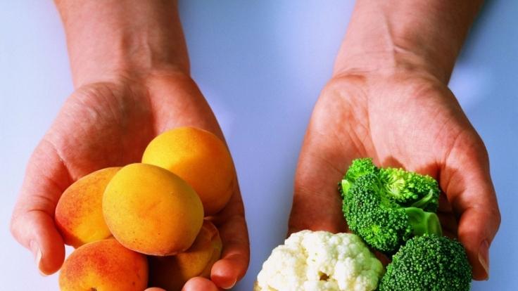 Beim Entschlacken sollten Obst, Gemüse, Kräuter und Tees verzehrt und auf Kaffee, Alkohol und Süßigkeiten verzichtet werden. (Foto)