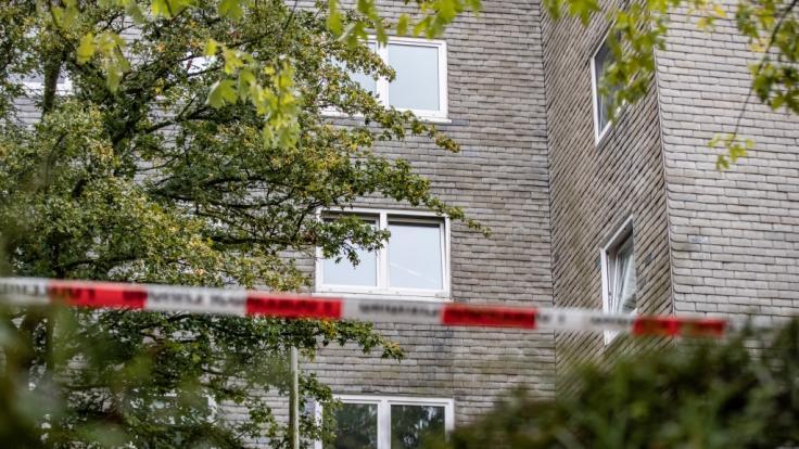 Aufnahmen zeigen das Wohnhaus in Solingen, in dem sich die schreckliche Tragödie zugetragen haben soll.