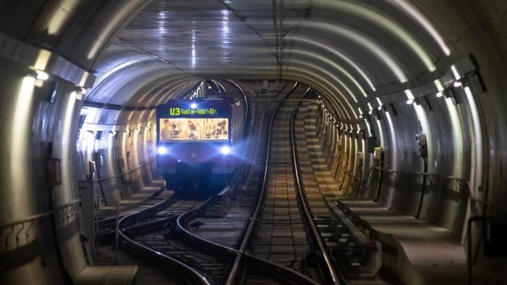In Nürnberg wurde ein Mann vor eine U-Bahn gestoßen und lebensgefährlich verletzt. (Foto)