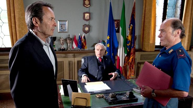 Vize Questore Patta (Michael Degen, Mitte) hält im Gegensatz zu Guido Brunetti (Uwe Kokisch, li.) und Sergente Vianello (Karl Fischer) den Fall für abgeschlossen.