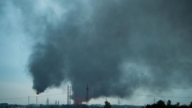 In Ingolstadt steht eine Raffinerie in Flammen.