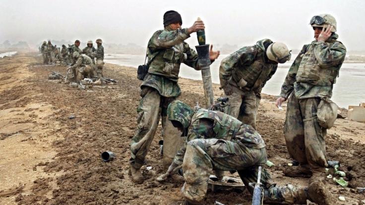 US-Marines am 26.3.2003 im Süden des Irak. US-Truppen stürzten im April 2004 das Regime von Saddam Hussein, das angeblich über Massenvernichtungswaffen verfügte.