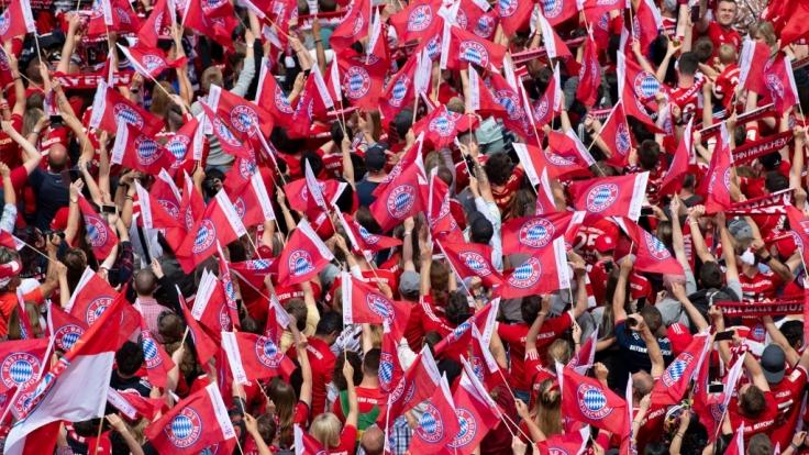 Die Fans des FC Bayern München zeigen ihrem Verein, wie sehr sie hinter ihm stehen. (Symbolbild) (Foto)