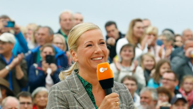 """Im """"ZDF-Fernsehgarten"""" lüftete Andrea Kiewel ein Geheimnis, das die Zuschauer:innen lieber nicht wissen wollten. (Foto)"""