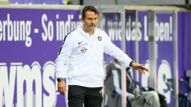 Aues Trainer Dirk Schuster steht an der Seitenlinie.