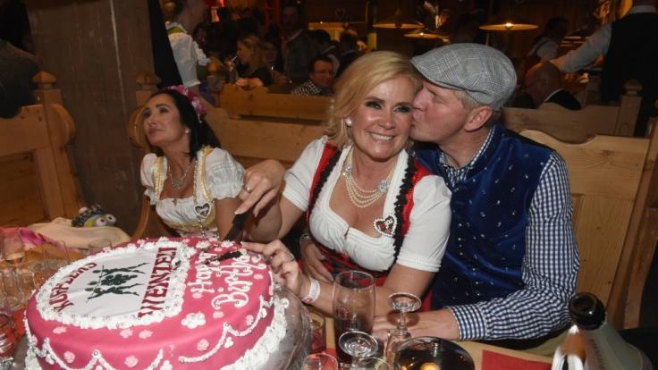 Wurde jetzt zum Ziel des Hasses: Dirndl-Designerin Claudia Effenberg, hier links neben ihrem Mann, dem Ex-Fußballer Stefan Effenberg, am 20. September 2015 in München auf dem Oktoberfest.