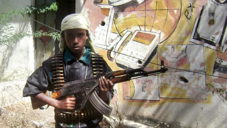 Junger Krieger: Vor allem in Afrika werden bei Bürgerkriegen immer wieder Kindersoldaten eingesetzt. Dass der IS auf Kinder als Waffen setzt, ist jedoch längst keine Neuigkeit mehr.
