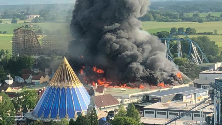 Eine schwarze Rauchsäule steigt über dem Europapark Rust auf. (Foto)