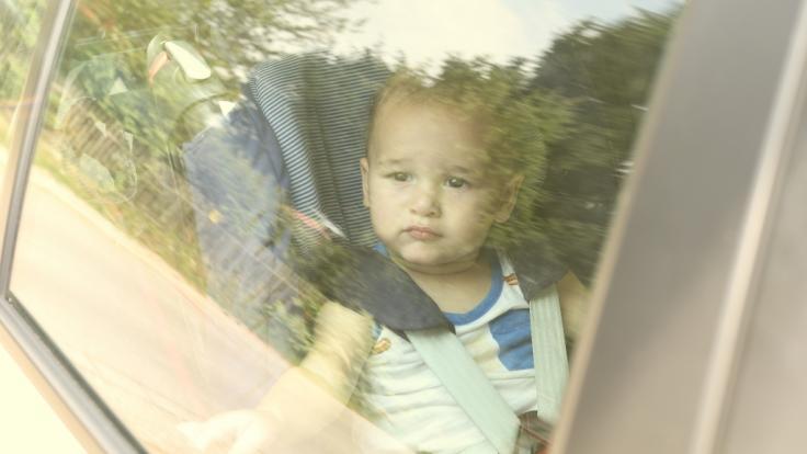 Für Kleinkinder werden geschlossene, nicht klimatisierte Autos im Sommer traurigerweise oft zur tödlichen Falle (Symbolbild).