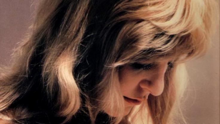 Traurig sein muss frau bei kleinen Brüsten nicht: Und wer doch Probleme hat, für den gibt´s seit den 1970er Jahren den Wonderbra. (Foto)