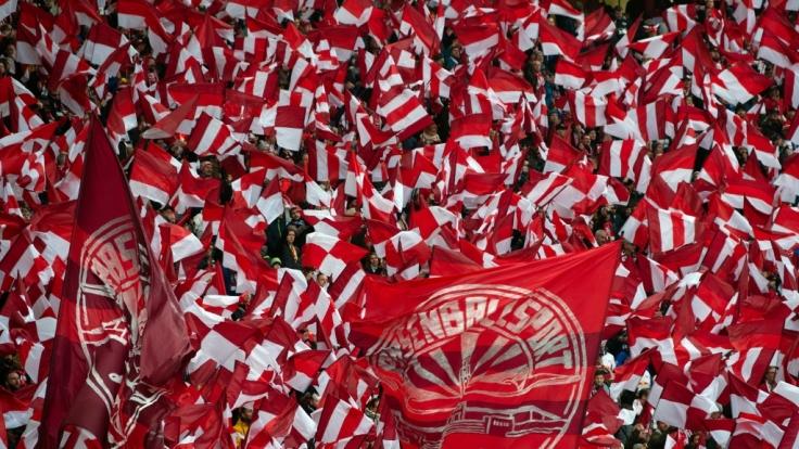 Mit den Fahnen feuern die Fans von RB Leipzig ihr Team an. (Symbolbild) (Foto)