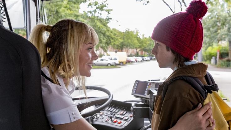 Ein ungleiches Gespann: Busfahrerin Debbie Höffner (Alwara Höfels) und ihr Sohn Jerôme (Maximilian Ehrenreich).