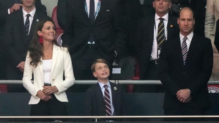 Kleiner Royal beim Fußballspiel: Auf Schlips und Kragen hätte Prinz George liebend gern verzichtet, als er mit Kate Middleton und Prinz William das EM-Endspiel zwischen England und Italien verfolgen durfte. (Foto)