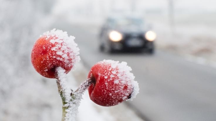 Frost und gefrierende Nässe sorgen für Glätte auf den Straßen. (Foto)