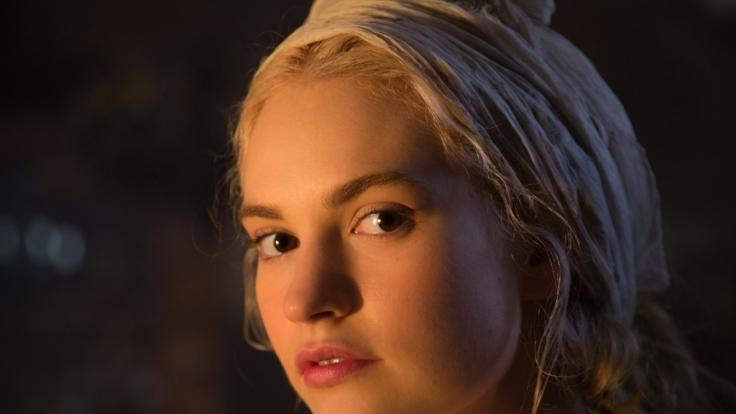 """Lily James spielt in """"Cinderella"""" die liebliche Ella, die erst durch ihre bösen Stiefschwestern ihren bekannten Namen erhielt. (Foto)"""