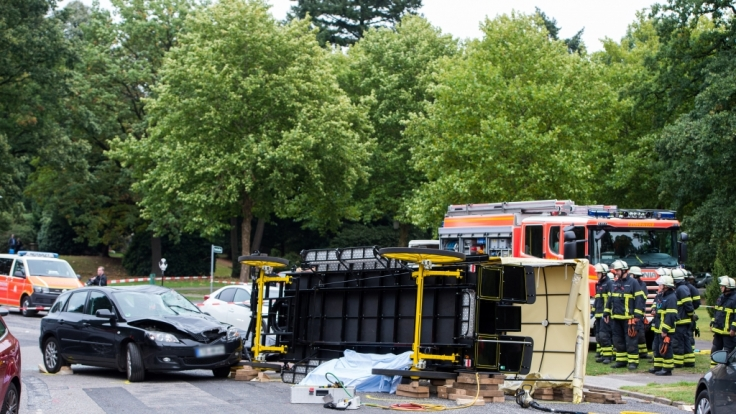 Einsatzkräfte der Feuerwehr sichern nach einem Unfall mit einer Pferdekutsche auf dem Friedhof Ohlsdorf den Unfallort. (Foto)