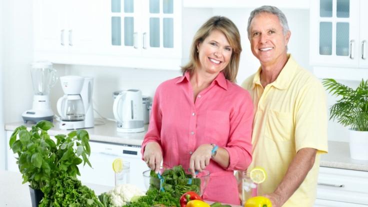 Eine Umstellung auf eine Ernährung mit viel Obst und Gemüse hilft das Säure-Basen-Gleichgewicht zu halten.