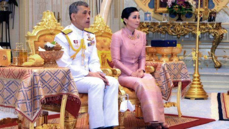 Mit Suthida hat der thailändische König Maha Vajiralongkorn seine neue Königin und Ehefrau präsentiert.