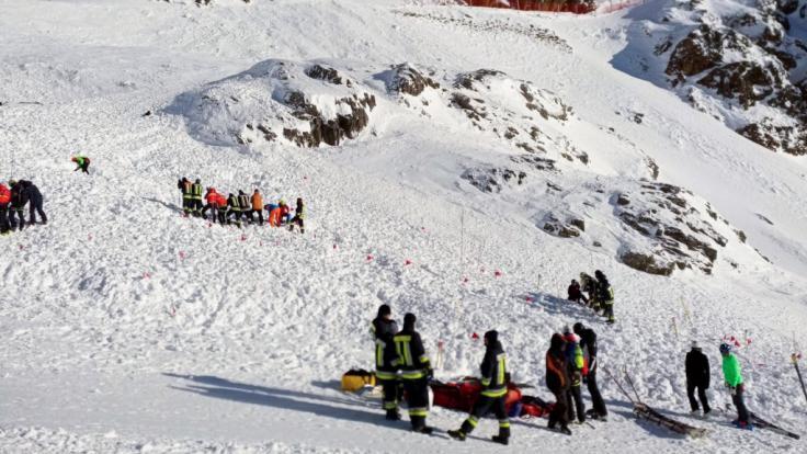 Eine Lawine begräbt eine Skipiste unter sich. Eine Frau und zwei Kinder aus Deutschland sterben.