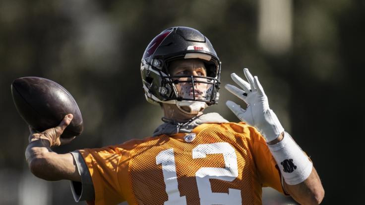 Tom Brady, Quarterback der Tampa Bay Buccaneers, in Aktion beim NFL Training. (Foto)