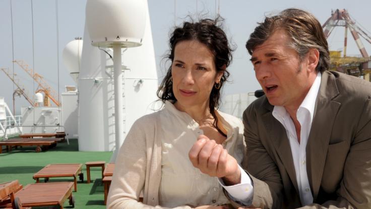 """Daniel Morgenroth als Martin Grimm mit Kollegin Clelia Sarto als Mara in einer Szene der ZDF-Serie """"Das Traumschiff"""". (Foto)"""