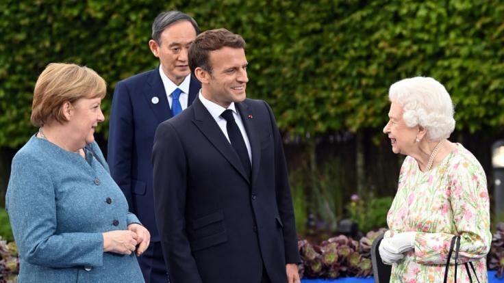 Die britische Königin Elizabeth II. (r) spricht mit den Teilnehmern des G7-Gipfels, Angela Merkel (l-r), Yoshihide Suga und Emmanuel Macron. (Foto)