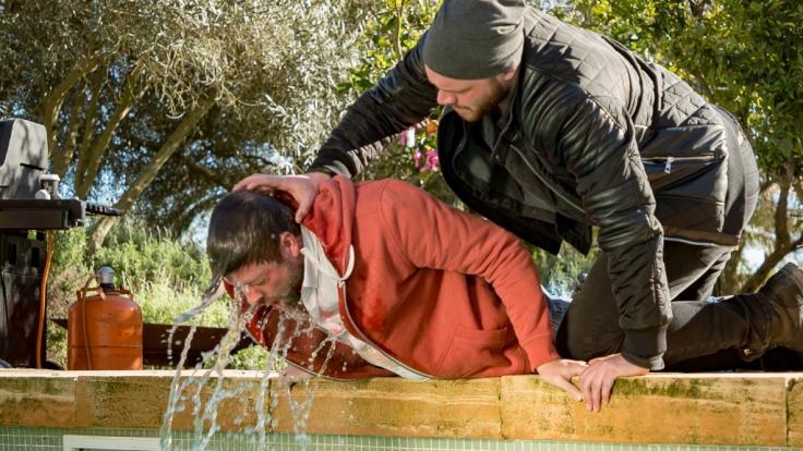 Erik (Patrick Heinrich), der in Shirin (Gamze Senol) verliebt ist, hat es auf John (Felix von Jascheroff) abgesehen.