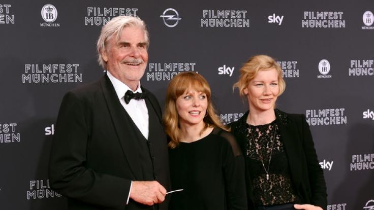 Der Schauspieler Peter Simonischek, die Regisseurin Maren Ade und die Schauspielerin Sandra Hüller (von links nach rechts) am 23. Juni 2016 in München während der Premiere zu