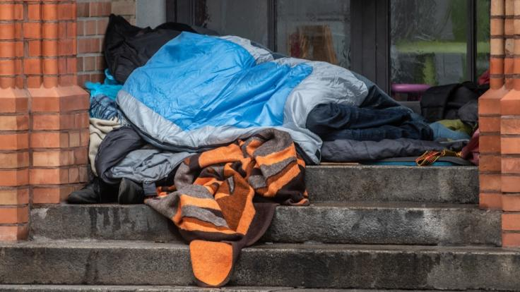 Zwei Unbekannte knüppelten in Berlin auf einen schlafenden Obdachlosen ein (Symbolbild).