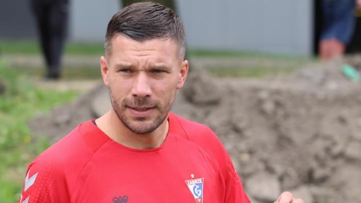 Lukas Podolski, ehemaliger deutscher Nationalspieler, trauert um Kult-Fan. (Foto)