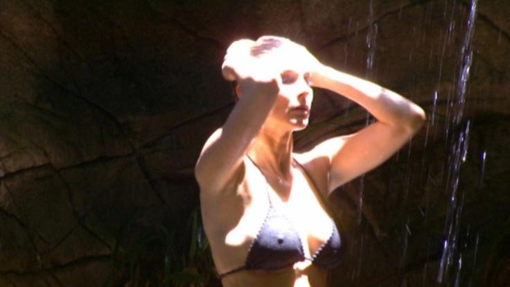 Anno 2013 rekelte sich Claudelle Deckert unter dem Dschungel-Wasserfall.