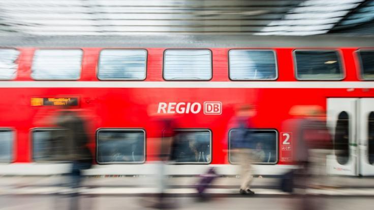 Im nordfriesischen Langenhorn kracht eine Regionalbahn in einen PKW und schleift ihn 300 Meter weit mit. (Symbolbild)