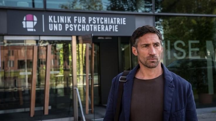 Dr. Robert Siedler (Benjamin Sadler) ist forensischer Psychiater. Aktuell beschäftigt ihn der Fall eines psychisch angeschlagenen Ex-Alkoholikers, der lange Zeit in Verwahrung genommen wurde. (Foto)
