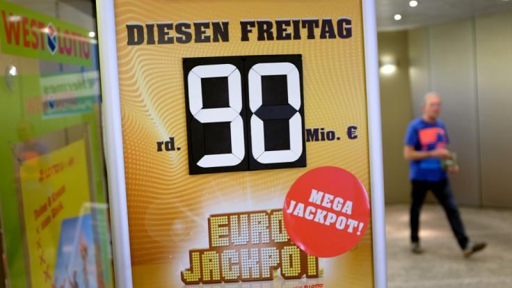 Am 08.06.2018 ist der Eurojackpot mit 90 Millionen Euro gefüllt - doch eine Lottospielerin hat bereits die richtigen Zahlen getippt und gewonnen.