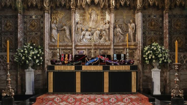 Die Insignien vom britischen Prinz Philip, Herzog von Edinburgh, liegen auf dem Altar in der St.-Georgs-Kapelle von Schloss Windsor. (Foto)