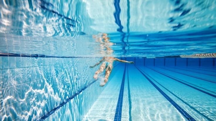 Zwei Minderjährige wurden in einem Schwimmbad Opfer von sexueller Belästigung. (Foto)