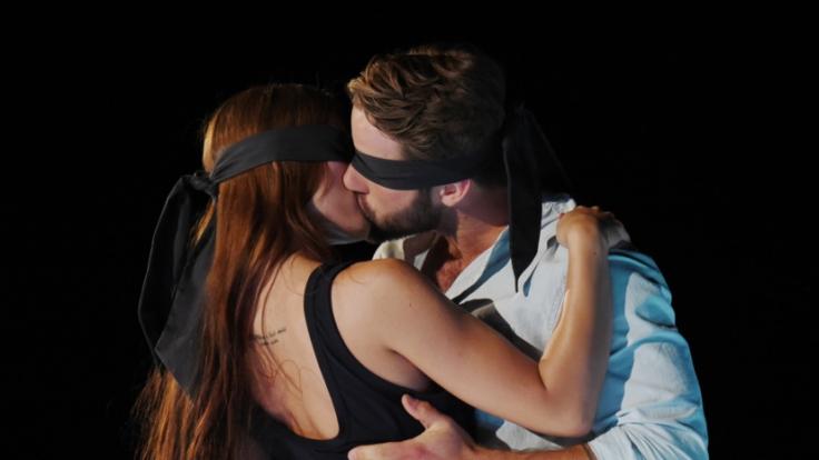 Welche Frau küsst sich in das Herz von Julius? (Foto)