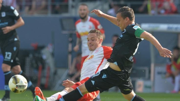 Der Regensburger Andreas Geipl (l) spielt gegen den Münchner Michael Liendl. (Foto)