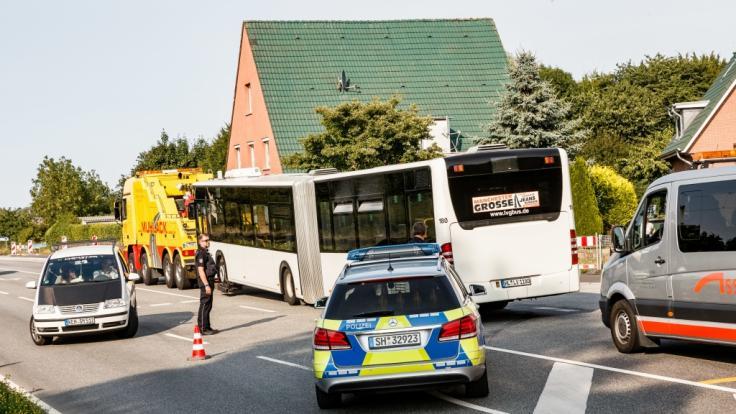 Der Linienbus, in dem die Attacke stattfand, wurde am Freitagnachmittag abgeschleppt. (Foto)