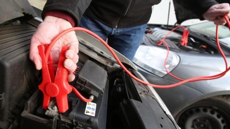 Erster Schritt zur Starthilfe: Das rote Kabel wird an die Pluspole beider Batterien geklemmt. (Foto)