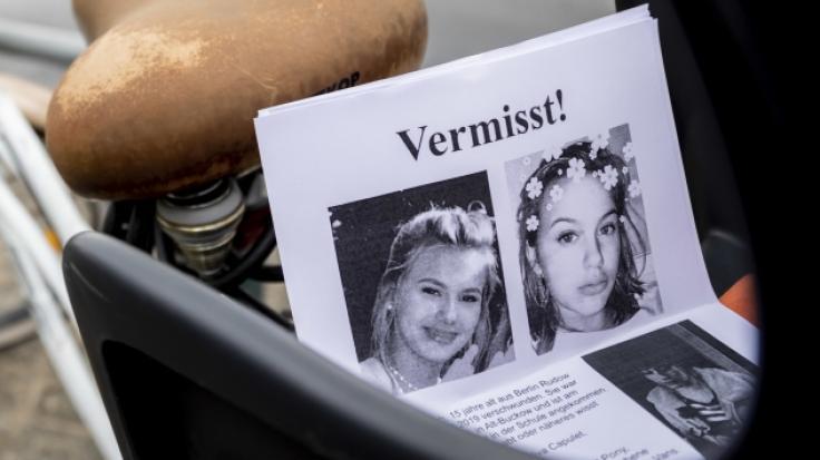 Flugblätter mit Bildern der vermissten Rebecca.