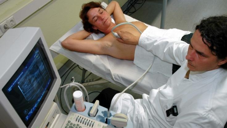Frauen ab 50 bekommen alle zwei Jahre eine Mammografie bezahlt. Doch wie sieht die Früherkennung von Brustkrebs bei Frauen unter 50 aus? Radiologen empfehlen eine Untersuchung per Ultraschall, die die Patientinnen selbst bezahlen müssen. (Foto)