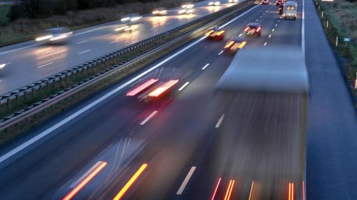Auf den deutschen Autobahnen bleibt es am ersten Advent-Wochenende voraussichtlich ruhig.