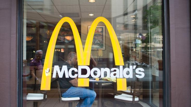 McDonald's beschäftigt vermehrt Flüchtlinge, auch wenn sie nicht über ausreichend Sprachkenntnisse verfügen.