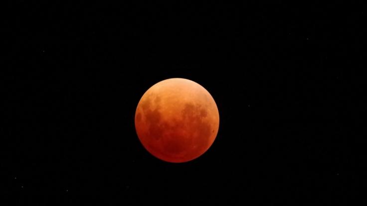 Am 4. April 2015 erstrahlt der Mond in blutigem Rot. Daher wird er bei einer Totalen Mondfinsternis auch Blutmond genannt. (Foto)