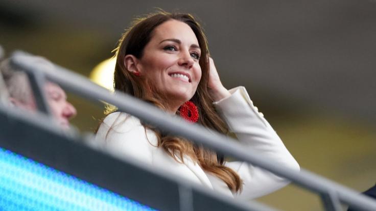 Royals-Fans wollen hinter diesem strahlenden Lächeln von Kate Middleton ein süßes Geheimnis erkannt haben: Wird die Herzogin von Cambridge wieder Mutter? (Foto)