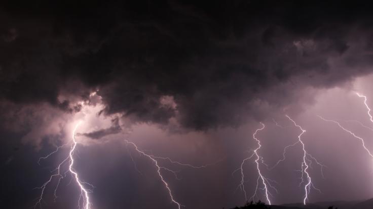 Auch am Wochenende rollen gefährliche Gewitter übers Land. (Foto)